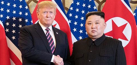 米朝首脳会談で握手するトランプ大統領と金正恩労働党委員長