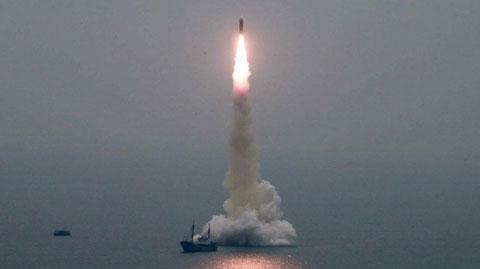 北朝鮮の発射した北極星3号と近傍にいる水上船舶