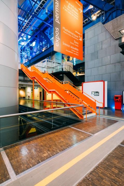 Escalier orange de la cité des sciences