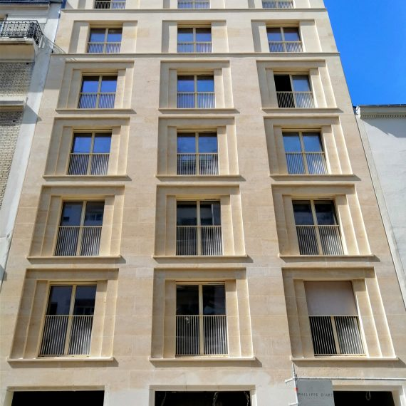 Façades en pierre massive autoportante, rue des Cévennes à Paris