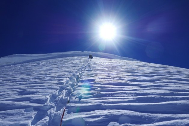 Benjamin Védrines à la trace dans de la neige peu cohésionnée juste avant le sommet, 18 octobre