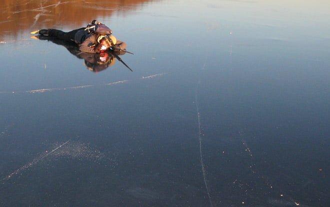 Pia fotograferar liggande på isen