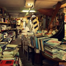 Enis Batur y esas cosas llamadas bibliotecas