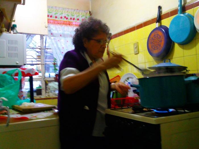 María de la Luz_cocinando