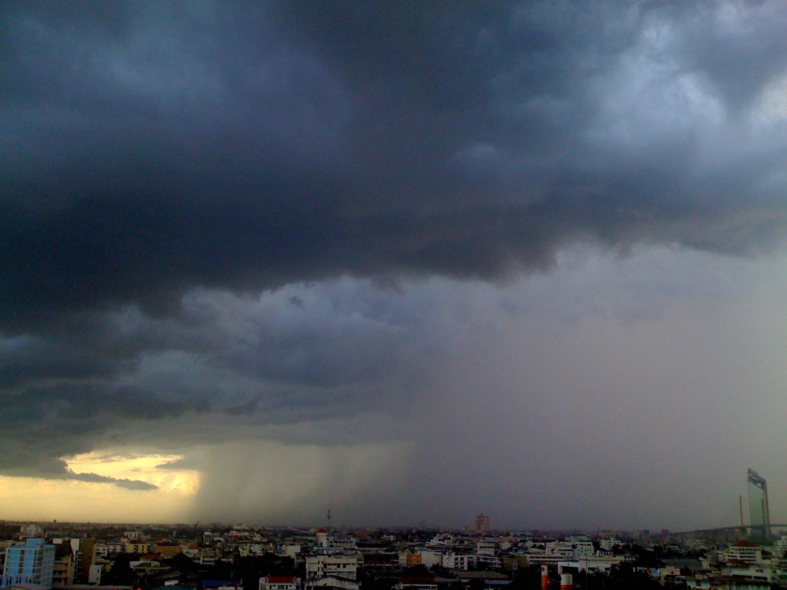 ท้องฟ้า เมฆพายุฝน เห็นธนาคารกสิกรไทย สนง.ใหญ่