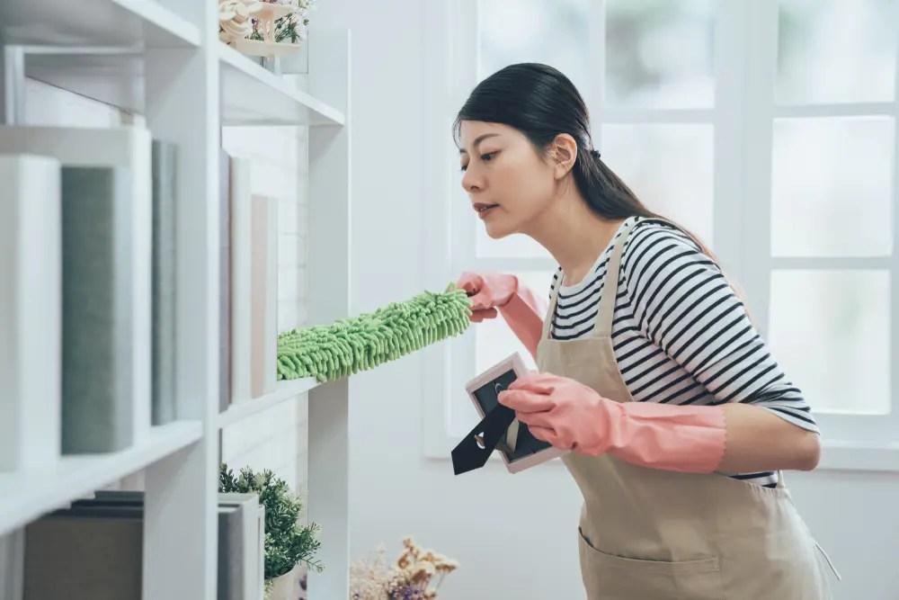 ほこりを掃除する女性