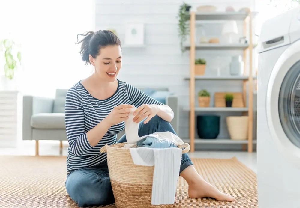 アタック3Xと相性の良い柔軟剤を使って洗濯物の香りと汚れ落ちに満足している女性
