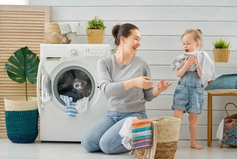 ナノックス ニオイ専用を使っての洗濯の洗い上がりに満足している女性と子供