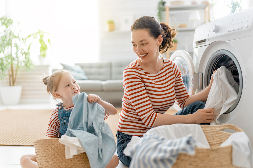 アリエール粉末サイエンスプラス7での洗濯の洗い上がりに満足している親子