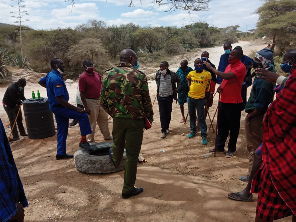 KMQ police pofficers negotiate with Iloodokilani youth not to close the road on August 4.