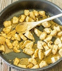 大きめの鍋にオリーブオイルをしき、鶏胸肉とケイジャンスパイスを 中火で5分程度炒めます。混ぜながら合間ににんにくも加えていきましょう。