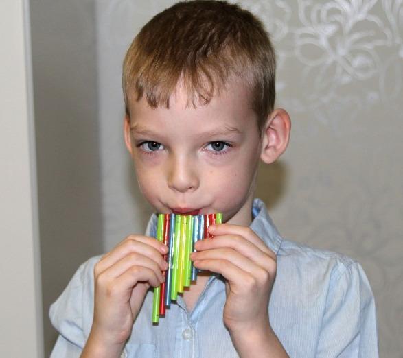 Музыкальная игрушка для ребенка из соломки коктейльной трубочки