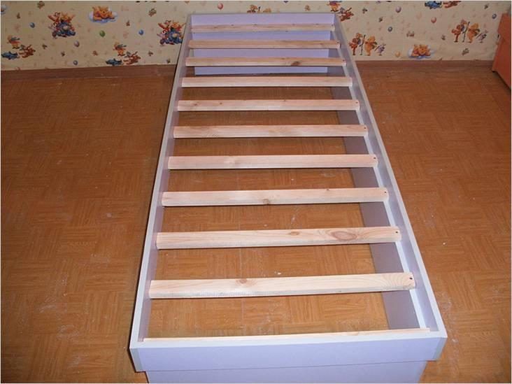 К тыльной стороне кровати рейки крепятся саморезами