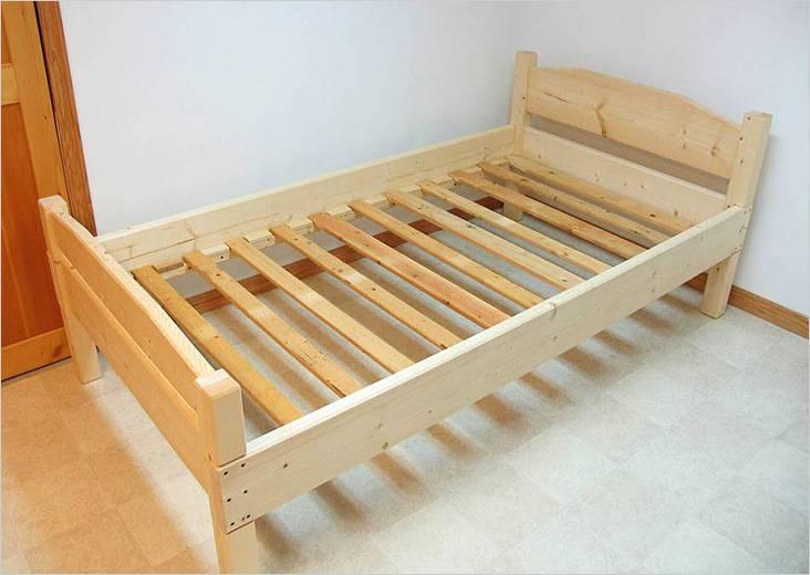 Απλό ξύλινο κρεβάτι