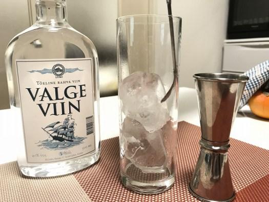 コリンズグラスに氷を入れて