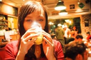 クラフトビール を飲む女性