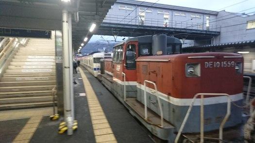 電車が動かないので 汽車で牽引
