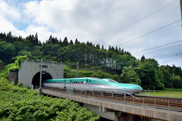 新緑の青函トンネルを走る北海道新幹線