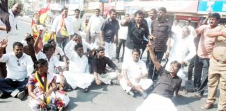 DMDK members protest Duraimurugan