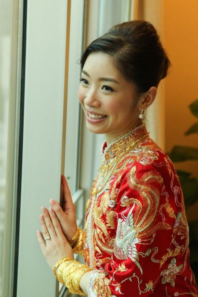 Kalamakeup bride Alice getting ready for Chinese Tea Ceremony at LKF Hotel, H.K.
