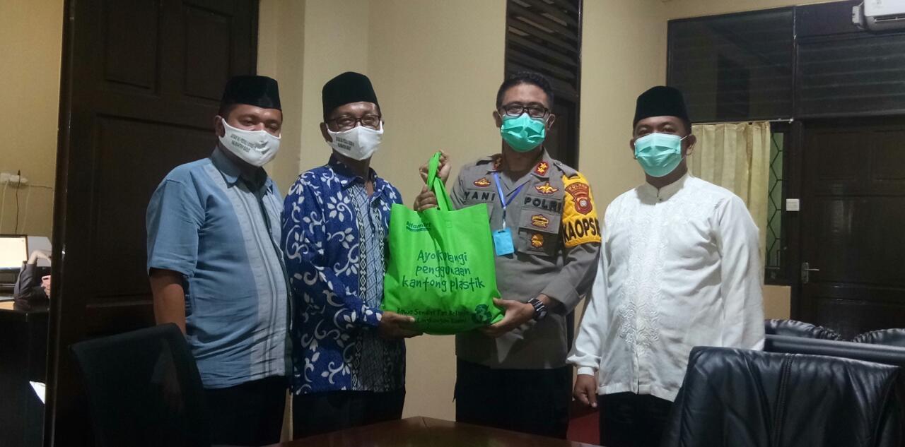 AKBP Yani Permana Serahkan Bantuan Paket Sembako Kepada PCNU Kubu Raya
