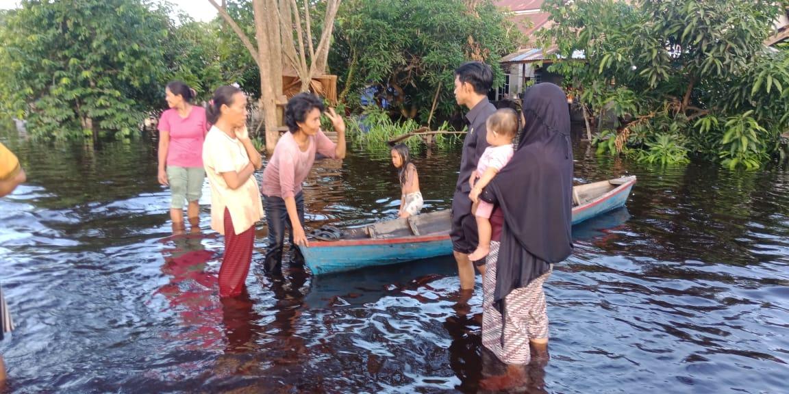 Anggota DPRD Kabupaten Mempawah Tinjau Lokasi Banjir di Desa Pasir