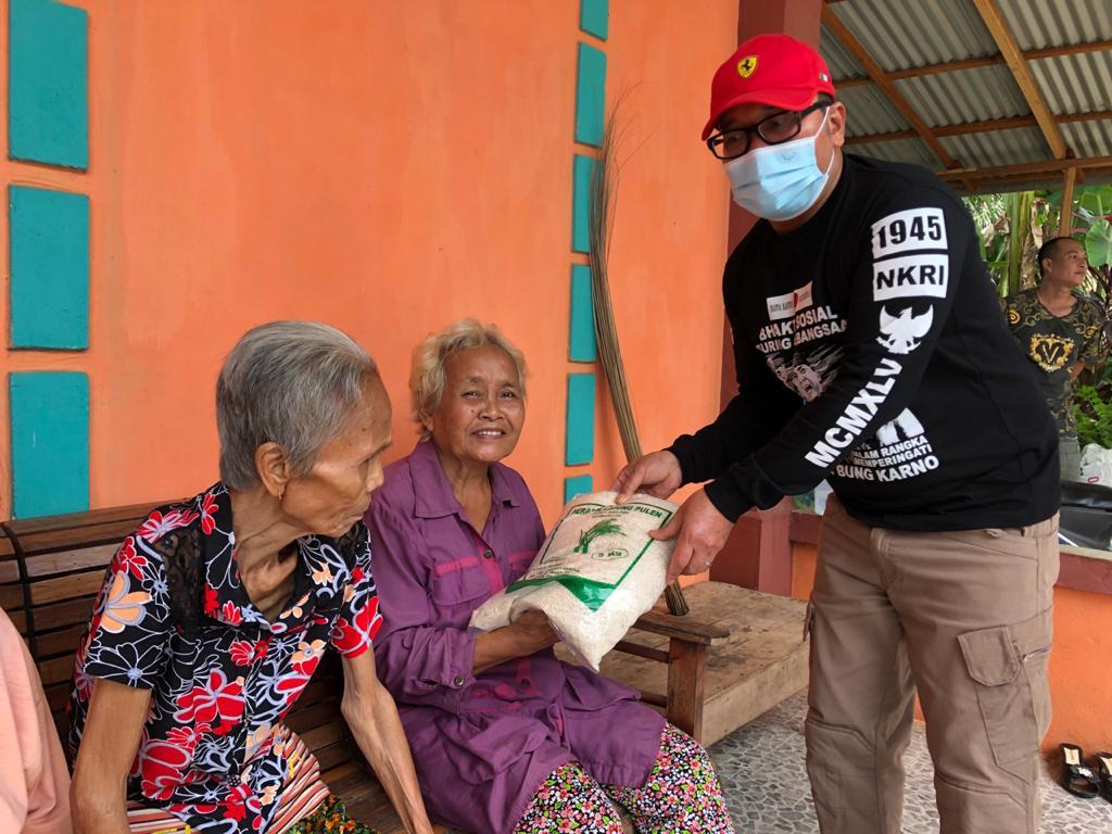 Sujiwo saat menyerahkan bantuan bahan pokok ke warga, Sabtu (27/6/20)
