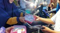 Kaafilul Yatim Bagikan Ratusan Nasi Kotak ke Jamaah Shalat Jumat dan Ojol