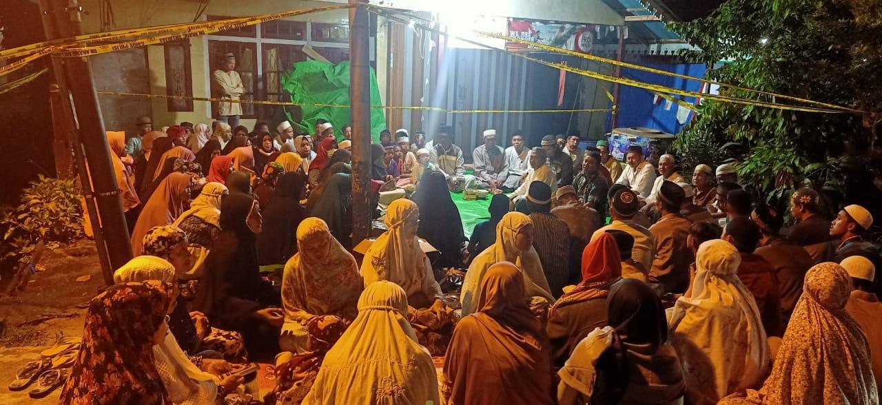 Warga Banjar Serasan Gelar Tahlil untuk Almarhumah Sumi dan Geby