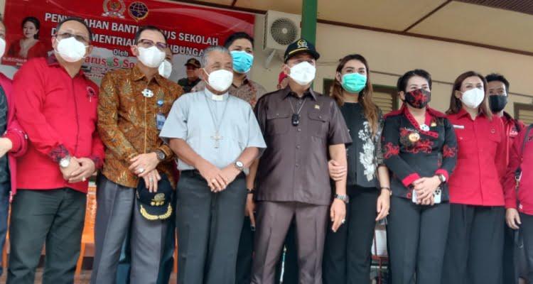 Ketua Komisi V DPR RI Lasarus kembali menyerahkan bantuan bus. Kali ini bantuan Bus itu diserahkan kepada kepada Yayasan Persekolahan Khatolik Nyarungkop di Jl Nyarungkop Kota Singkawang Kalimantan Barat (Kalbar), Sabtu 6 Februari 2021 pagi.