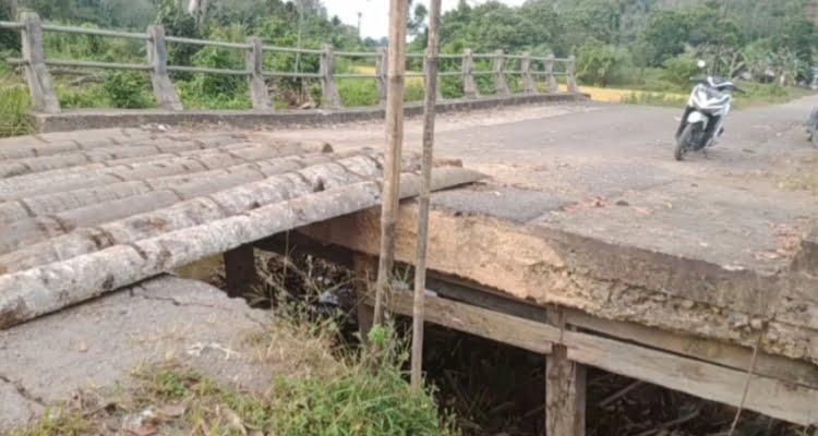 Jembatan Penghubung Kecamatan Menyuke dan Sompak Rusak, Warga Gunakan Pelepah Kelapa