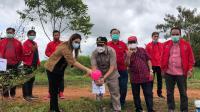 Keluarga besar PDI Perjuangan Kalimantan Barat menggelar kegiatan tanam pohon di kawasan Universitas Nahdlatul Ulama (UNU) Kalimantan Barat.