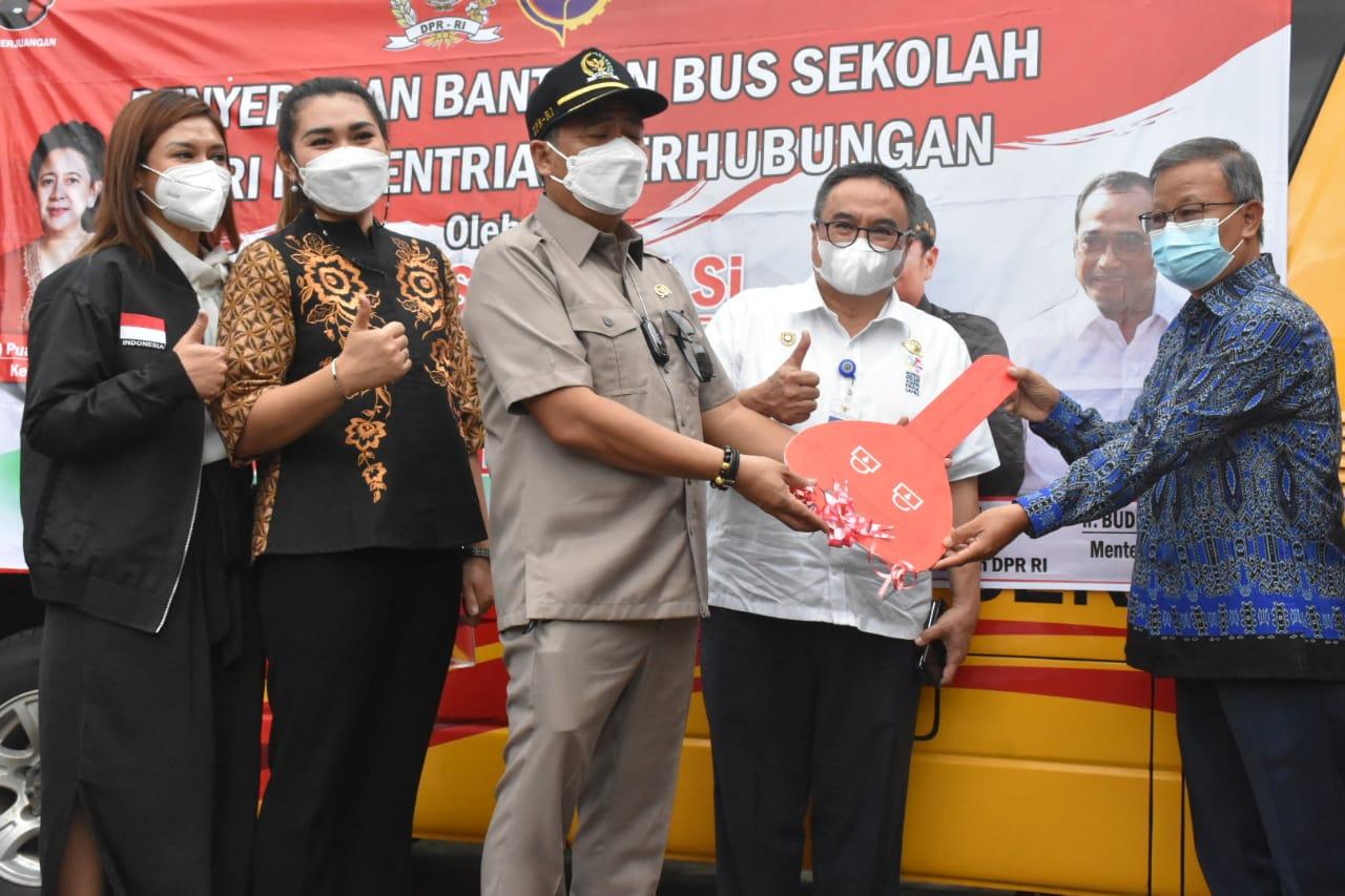 Ketua Komisi V DPR RI Lasarus menyerahkan bantuan bus kepada Sekolah Tinggi Teologi (STT) Pontianak Natanael. Bantuan itu diterima oleh Ketua Sekolah Tinggi Teologi (STT) Pontianak Natanael, di STT Pontianak, Gang Remaja 2, Pontianak, Kalimantan Barat, Jumat 5 Februari 2021.