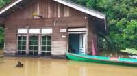 Korban banjir di Kapuas Hulu Sholat Jumat di Lapangan Terbuka