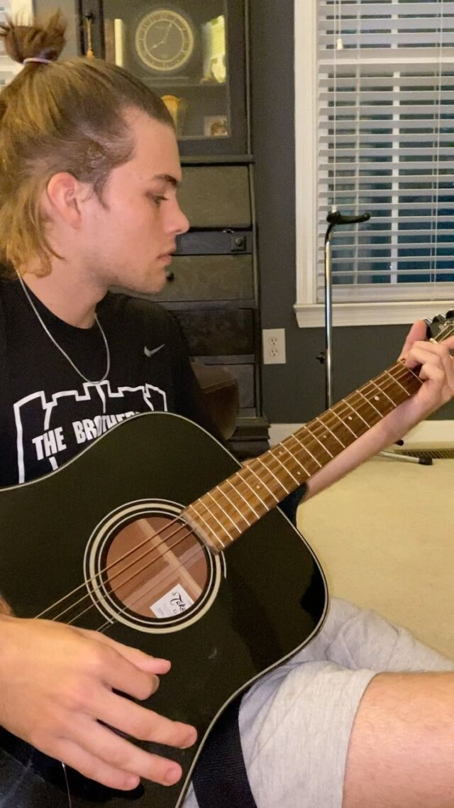 Having only 4 strings never stopped me😤😂🤘🏼. Lol popped 2 of the strings so I had to improvise a lil song and this is what came out of it🤷🏻♂️ y'all enjoy!!