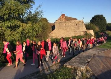 A Fragnes-La-Loyère, les habitants marchent à travers le village pour marquer leur soutien à Octobre rose