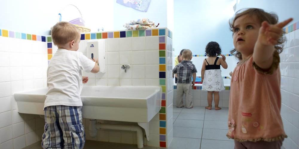 Photographie d'enfants jouant dans un espace de jeux d'eau