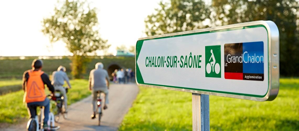 Panneau et cyclistes sur la voie cyclable Chalon Saint-Marcel