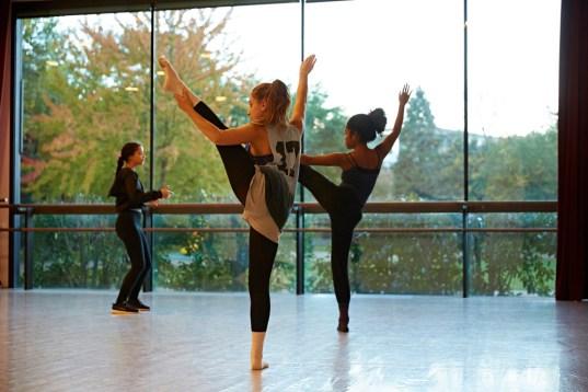 Danseuses du jeune ballet du Conservatoire du Grand Chalon à l'échauffement