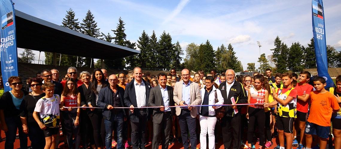 Les élus inaugurent la nouvelle piste d'athlétisme du Stade Léo Lagrange en présence de 500 jeunes athlètes.