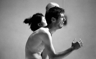Un homme nu semble en position de souffrance. Pleure-t-il ?