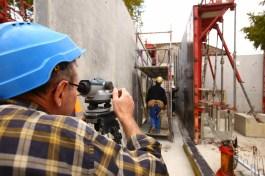 Un ouvrier du chantier effectue des mesure sur le chantier de l' Espace petite enfance Sainte-Marie