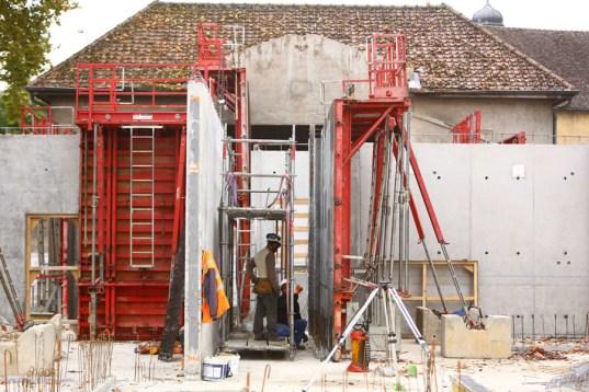 Les ouvriers du chantier montent les premiers murs de l' Espace petite enfance Sainte-Marie