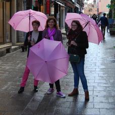 Des chalonnaises avec les parapluies d'Octobre rose