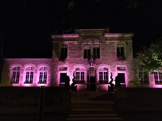 La mairie de Dracy le Fort au couleur d'Octobre rose
