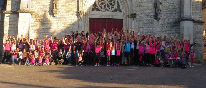 Phototgraphie devant l'église de Rully pour la lutte contre le cancer du sein