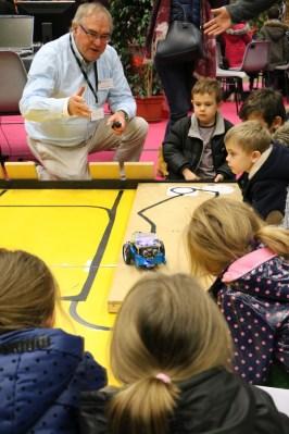 Le robotdu Fablab Chalonnais qui suit un tracé au village des Sciences 2017