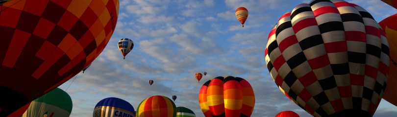 Montgolfières en pleine ascension lors de l'événement des Montgolfiades à Chalon sur Saône
