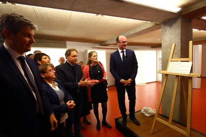 Sébastien Martin dévoile la plaque en hommage à Daniel Petit architecte de la Maison de la culture