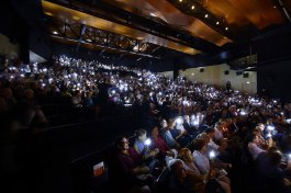Le public tient de petites lanternes, représentant la servante et l'âme du théâtre